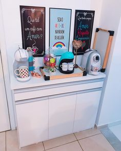 cantinho do café colorido Coffee Bar Home, Coffee Corner, Coffee Cafe, House Coffee, Cafe Bar, Interior Design Living Room, Office Decor, Decoration, Kitchen Decor