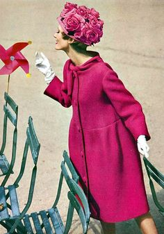 floral hat Vogue October 1958 - Photo by William Klein Conde Nast Archive Vogue Vintage, Moda Vintage, Vintage Glamour, Vintage Floral, Foto Fashion, Fashion Mode, Fashion History, Fashion Outfits, Trendy Fashion