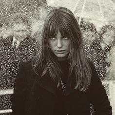 Secretly thrilled by the situation ☔️☔️☔️ Estilo Jane Birkin, Jane Birkin Style, Gainsbourg Birkin, Serge Gainsbourg, Jane Birken, Pelo Pixie, Pretty People, Style Icons, Hair Inspiration