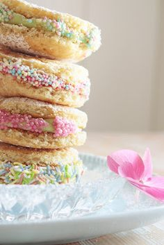 pretty whoopie pies Unicorn Foods, Party Sweets, Pie Recipes, Cooking Recipes, Little Cakes, Whoopie Pies, Sandwich Cookies, Cookie Desserts, Holiday Cookies