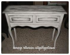 Si te gusta el efecto entre blanco y plateado puedes seguir estas pautas para pintar tus muebles.
