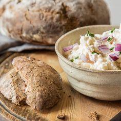 Wenn du mal wieder Lust auf was Uriges hast: Feine Zwiebel- und Apfelwürfel geben dem Obazda eine süße Note, die perfektzum ofenfrischen Kümmelbrot passt.