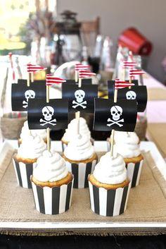 Cupcakes para una fiesta de piratas decorados con bandera de piratas. #FiestaInfantil