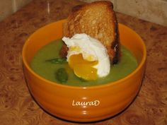 Supa-crema de sparanghel cu ou moale si paine prajita - http://www.gustos.ro/retete-culinare/supa-crema-de-sparanghel-cu-ou-moale-si-paine-prajita.html
