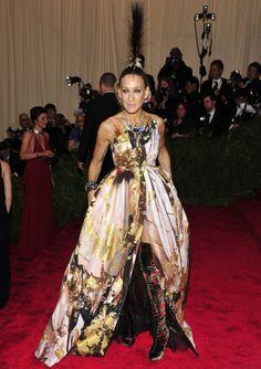 Sarah Jessica Parker combinó su vestido estampado con abertura en la falda de Giles Otoño 2013, con botas mosquestero de terciopelo de Christian Louboutin y un llamativo tocado con cresta de Philip Treacy.