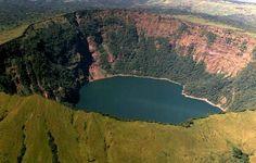 El gigantesco cráter del volcán Cosigüina, Nicaragua junto a las fronteras de El Salvador y Honduras.