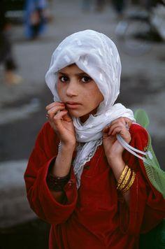 Afghanistan: kind in vlugtelingkamp. Foto geneem deur Steve McCurry Hierdie kind is so weerloos en broos, maar tegelyketyd in elke opsig perfek