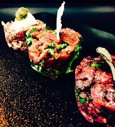 Trio de tartare de bœuf à italienne  Truffe d'été/scarmorza fumée/tomates séchées et Pesto Salmon Burgers, Pesto, Ethnic Recipes, Food, Dried Tomatoes, Truffle, Italy, Meals, Yemek