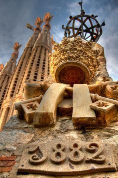 Construction of the Sagrada Familia in Barcelona began on 19 March 1882 Barcelona Architecture, Barcelona City, Barcelona Catalonia, Barcelona Travel, Amazing Buildings, Amazing Architecture, Modern Buildings, Modern Architecture, Antonio Gaudi