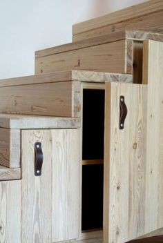 ****T loves the wood look for the cabinets under stairs & in kitchen. Mansarde: come sfruttare al meglio gli spazi Tiny House Stairs, Loft Stairs, Basement Stairs, Basement Ideas, Staircase Storage, Staircase Design, Storage Under Stairs, Cabinet Under Stairs, Basement Storage