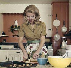 The housewife making cookies,using her pyrex bowls. Vintage Love, Vintage Images, Vintage Ladies, Retro Vintage, Vintage Pyrex, Vintage Housewife, 1950s Housewife, Domestic Goddess, Vintage Kitchen