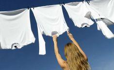 É muito comum vermos roupas e toalhas brancas ficarem encardidas e amareladas com o passar do tempo. Isso acontece principalmente por causa do uso de desodorantes e produtos de limpeza inadequados. Confira algumas dicas de como desencardir roupas brancas e mantenha-as conservadas por mais tempo utilizando esse