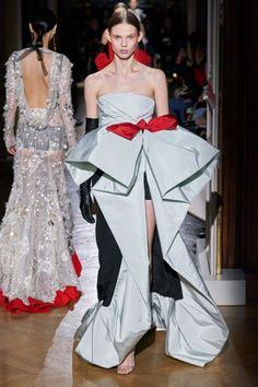 Valentino Spring 2020 Couture Fashion Show - Vogue Haute Couture Paris, Style Haute Couture, Haute Couture Gowns, Valentino Couture, Spring Couture, Couture Week, Couture Dresses, Fashion 2020, Runway Fashion