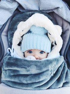 Brrrrr, wat nemen de temperaturen een flinke duik volgende week!!! Indien je toch met jouw kleintje naar buiten moet, bescherm hem of haar dan zeker goed tegen de kou. In het Cocoon babynestje van Nattou zit je lieverd lekker warm, al reizend door de wereld in de autostoel! Cute Baby Boy, Cute Little Baby, Cute Baby Clothes, Little Babies, Cute Kids, Cute Babies, Foto Baby, Cute Baby Pictures, Baby Time