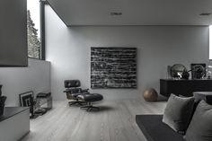Минималистична еднофамилна къща в Дания, проектирана от студо с афинитет към изчитени детайли и използването на чисти материали - бетон, стъкло и дърво