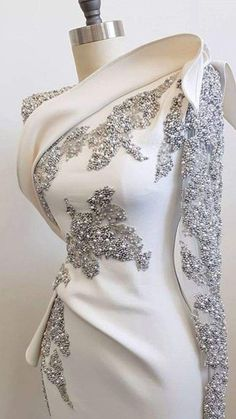Love this. It would be pleasure to meet the person who crafted this. , Royal blue or black Ruby red nice too. Evening Dresses, Prom Dresses, Formal Dresses, Beaded Dresses, Wedding Dresses, Beautiful Gowns, Beautiful Outfits, Gorgeous Dress, Beautiful Life