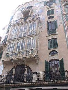 Edificio El Águila. El Edificio El Águila es un edificio modernista, situado en la Calle Colom de Palma de Mallorca, capital de las Islas Baleares, en España. Fue construido en 1908 por el arquitecto Gaspar Bennazar.  - Wikipedia, la enciclopedia libre