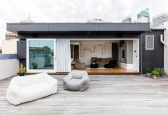 A modern house born from the restyling of a former warehouse