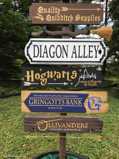 Harry Potter DIY Harry Potter Directional Sign for a Wedding Reception - I created an tall DIY Harry Potter Directional Sign for a friends wedding. The sign features over 10 locations in the Harry Potter world! Cumpleaños Harry Potter, Harry Potter Bedroom, Harry Potter Poster, Harry Potter Halloween, Harry Potter Wedding, Harry Potter Christmas, Harry Potter Houses, Harry Potter Birthday, Hogwarts Christmas