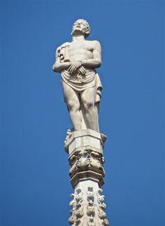 S. Vittore G17 #AdottaUnaGuglia #GetYourSpire Protettore dei prigionieri ed esuli. Ricorrenza 8 Maggio. Costretto, come altri loro compagni nella milizia e nella fede, a fare una scelta tra l'imperatore e Dio, la loro scelta fu chiara e decisa. Ma la sua obiezione di coscienza procurò a Vittore solo l'arresto e la cella di rigore. Cella, Sculpture, Classic, Collection, Arquitetura, Italia, Derby, Sculptures