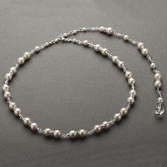 Bijou de dos en perles nacre et perles de cristal avec la partie collier de mariage ras du cou. Original, vous serez séduite par ce bijou de mariage ou cérémonie raffiné.