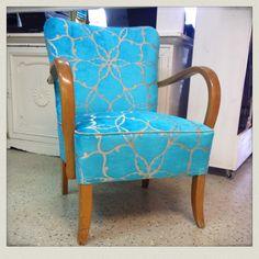 Kokonaisvaltaisen kunnostuksen perinteisin materiaalein läpikäynyt K-tuoli. Uutena kankaana Harlequinin Pasha säihkyvän turkoosina. #verhoilu