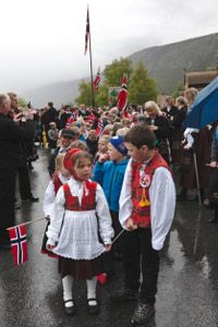 Vikings, Norse gods, monarchs, Christian saints and even the land itself: Norwegian traditions have many sources. So do you know riskrem from russ? Social Studies Notebook, Teaching Social Studies, History Education, Teaching History, Norwegian People, Norwegian Christmas, Christmas History, Constitution Day, American History Lessons
