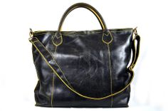 """Lo Shopper 8 Giallo in pelle """"crackata"""" una novità e un accessorio per ogni occasione, da solo rende il tuo """"look"""" speciale. Questa borsa è il risultato di uno studio al fine di ottenere un prodotto che sia espressione di pregio, bellezza e comodità. Il modello ha la tracolla e gli accessori in ottone bronzato. L'interno sfoderato evidenzia il colore della pelle Abbinato un borsellino a bustina per ogni uso. modaiole.it"""