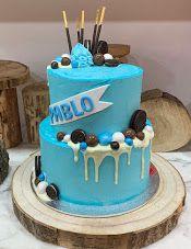 tarta buttercream azul dripp ladeado choco blanco con nubes, chocobolas, mikados y oreos.