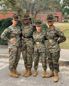 image Female Marines, Female Soldier, Us Marines, Women Marines, Marine Corps Uniforms, Marine Corps Ranks, Women In Combat, Military Women, Mädchen In Uniform