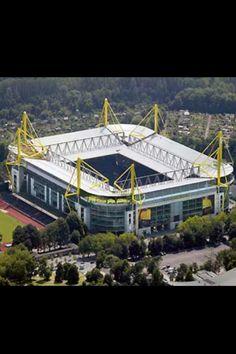 Westfalenstadion, sede del Borussia Dortmund. 80.100 personas, de los estadios mas increibles. Abierto en 1974