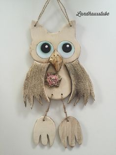 An den Ohren sind zwei Löche. Nice owl shield for individual decoration. There are two holes on the ears for attachment. Clay Birds, Ceramic Birds, Ceramic Animals, Clay Animals, Owl Crafts, Clay Crafts, Flower Crafts, Arts And Crafts, Cold Porcelain Ornaments