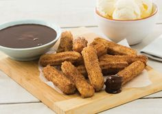 Churros with Chocolate Sauce recipe - Easy Countdown Recipes Yummy Snacks, Delicious Desserts, Snack Recipes, Cooking Recipes, Chocolate Sauce Recipes, Spring Recipes, Afternoon Snacks, Vegetarian Chocolate, Churros