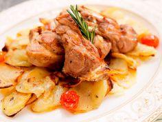 Zart geschmortes Lamm im Topf  Geschmortes Lamm ist ein nicht wegzudenkender Bestandteil der griechischen Küche. Mit Kartoffeln, Tomaten und Rosmarin wird daraus ein tolles Geschmackserlebnis.  http://einfach-schnell-gesund-kochen.de/zart-geschmortes-lamm-im-topf/
