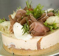 Voileipäkakku on juhlien noutopöytien ehdoton klassikko. Meheviä kakkuja voi muunnella loputtomasti moneen eri makuun sopivaksi. Poimi tästä h… Finnish Recipes, Mozzarella, Cheesecake, Pudding, Desserts, Entertainment, Food, Tailgate Desserts, Deserts
