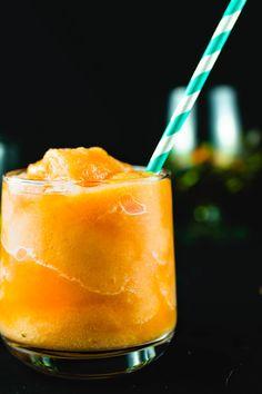 Refresh with this easy frozen peach Peach Margarita Recipes, Frozen Strawberry Margarita, Classic Margarita Recipe, Easy Margarita Recipe, Peach Drinks, Frozen Margaritas, Frozen Cocktails, Summer Cocktails, Frozen Alcoholic Drinks