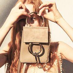 あれもこれも要らない。大人はコンパクトにまとめるのが美しい♡美女の#バッグの中身を徹底調査 | by.S