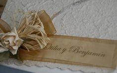 El papel reciclado, una cinta en tonos ocre y un ramito de flores silvestres