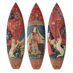 Boom-art, spécialisé dans l'édition limitée de planches de skateboard et UWL Surfboard, l'un des meilleurs ateliers de fabrication de surf en Europe, ont signé une série limitée de surfboard « collector ».