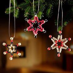 Funkelnder Weihnachtsschmuck aus Perlen (Kunststoff) als Geschenkanhänger, Baum- oder Fensterschmuck. Inkl. bebilderter Schritt-für-Schritt-Anleitung.