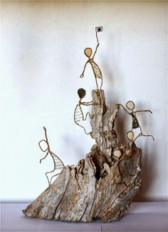 wire art sculpture Craft figures with paper and wire for any decoration occasion with this DIY guide Driftwood Crafts, Wire Crafts, Paper Crafts, Sculptures Sur Fil, Wire Art Sculpture, Wire Sculptures, Abstract Sculpture, Ribbon Sculpture, Bronze Sculpture