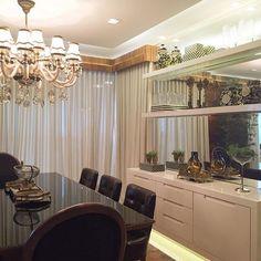 Parede da sala de jantar com móvel buffet em laca e muito espelho, a iluminação no rodapé tbm ficou liiiindaaa ❤️❤️ #boatarde #instaarch #instadecor #interiores #decor #details #detalhes #decoracao #decorating #decorbrazil #detalhesqueamamos #decoracaodeinteriores #architect #arquiteta #arquitetura #arqmbaptista #arquiteturadeinteriores #saladejantar #marianemarildabaptista