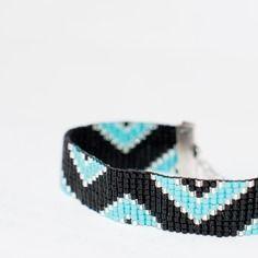 Bracelet manchette en perles tissées - motif triangles turquoise, argent et noir