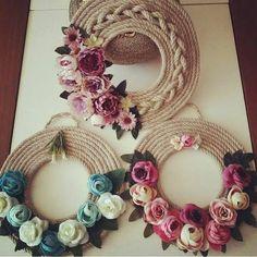 @ ghirlanda di corda con fiori in feltro e pannolenci, Coronas de cuerda y flores Jute Crafts, Diy Home Crafts, Crafts To Sell, Handmade Crafts, Felt Flowers, Diy Flowers, Paper Flowers, Rope Art, Diwali Decorations