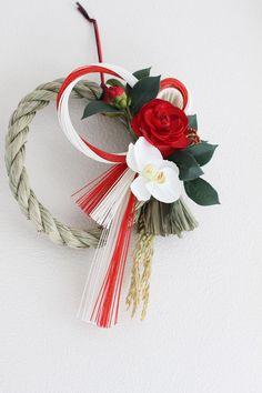 ★翌日発送★お正月まであとわずか!少しでも早く商品がお手元に届く様に、ご入金確認の翌日中に発送いたします。予期せぬトラブルにより発送遅延する場合がございますので、あらかじめご了承願います。-------紅白のお花と水引を贅沢に使ったしめ縄飾りは、玄関はも...