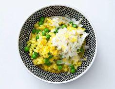 Skala och skär tunna skivor av schalottenlöken och vitlöken. Koka upp grönsaksbuljongen och vinet, håll varmt. Hetta upp olivoljan, fräs lök och saffran i den. När löken blivit glansig, tillsätt riset och låt bli glansigt. Tillsätt 1/4 av buljong- och vinblandningen och låt koka in, fortsätt så tills riset är al dente och risotton är krämig men med ganska lös konsistens. Vänd ner de gröna ärtorna och parmesanen. Smaka av med citronskal, salt och svartpeppar. Ringla över god olivolja.