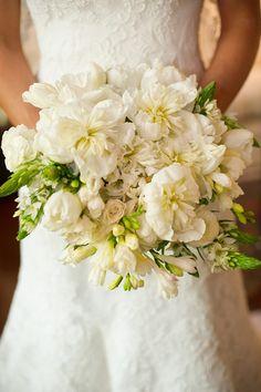 Bouquet de noiva clássico em branco e verde com peônias, rosas, tulipas ( Foto: Célia Thomé )