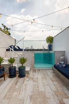 What about a small pool on the rooftop terrace? What about a small pool on the rooftop terrace? Small Backyard Pools, Backyard Pool Designs, Design Exterior, Home Interior Design, Rooftop Terrace Design, Small Terrace, Rooftop Pool, Small Pool Design, Home Deco