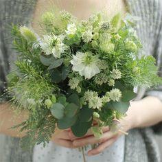 想いあふれるグリーンブーケ 葉や草には、豪華なバラのような華やかさはないけれど、たくさん束ねるとそれぞれが魅力的な演出をしてくれます。 1本1本の草花の想いが重なったブーケです。 ※使用する花材や色調は、写真と異なる場合がございます。あらかじめご了承ください。 6,000円(税別) ★全国送料無料でお届けします。
