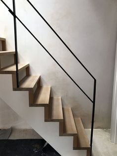 houten keepboom design trap met stalen trapbalustrade Stair Railing Design, Home Stairs Design, House Design, Metal Railings, Banisters, Open Trap, House Stairs, Stairway To Heaven, Stairways